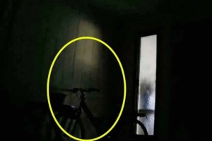 Κάμερα ασφαλείας καταγράφει μια σκιά - Αυτό που συμβαίνει λίγο μετά είναι σοκαριστικό