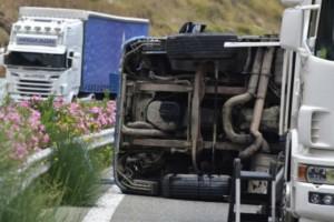 Ανατροπή νταλίκας στην εθνική οδό Αθηνών-Λαμίας - Κλειστές δύο λωρίδες