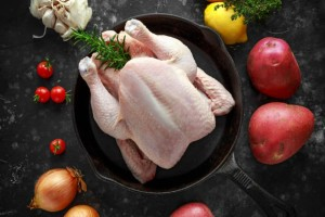 Ξεπαγώνετε το κοτόπουλο μέσα σε ζεστό νερό; Τότε κινδυνεύετε από...