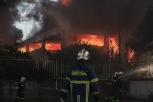 Φωτιά στην Αθήνα: Ελικόπτερα επιχειρούν στο εργοστάσιο - Ορατός ο μαύρος καπνός σε όλη την Αττική