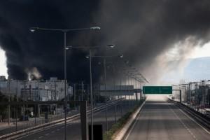 «Αναβρασμός» σε όλη την Αθήνα με την φωτιά στη Μεταμόρφωση - Σύννεφα καπνού και εκρήξεις
