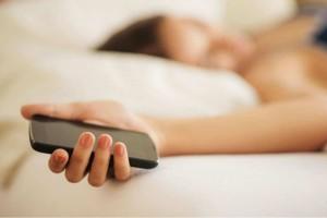 Κοιμάστε με το κινητό δίπλα σας;  Ο κίνδυνος που «καραδοκεί» για την υγεία σας!