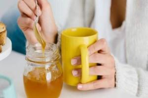Προσθέτετε μέλι στον καφέ σας; Αυτό μπορεί να σας προκαλέσει...