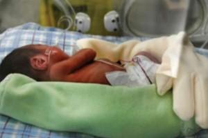 Άφησε ένα χειρουργικό γάντι στην θερμοκοιτίδα του εφταμηνίτικου μωρού της - Όταν οι νοσοκόμες έμαθαν τον λόγο, τα έχασαν