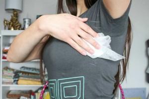 Παίρνει 1 μωρομάντηλο και τρίβει τη μπλούζα κάτω από τις μασχάλες - Ο λόγος; Τρομερός