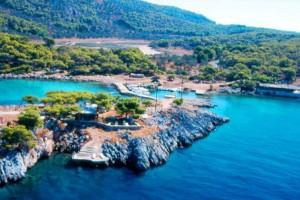 Το νησί με τις εξωτικές παραλίες, που απέχει μόλις μια ώρα από την Αθήνα και μαγεύει τους επισκέπτες