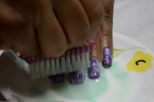 Τρίβει τα νύχια της με λεμόνι και οδοντόκρεμα - Μόλις δείτε το αποτέλεσμα, θα το κάνετε και εσείς (Video)