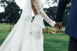 Νύφη πήγε στην εκκλησία με το πιο αποκαλυπτικό νυφικό - Τα λόγια του παπά στο γαμπρό έκαναν τους πάντες να παγώσουν