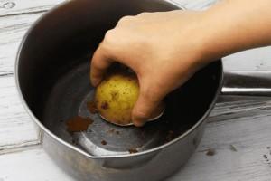 Έτριψε με μια πατάτα τον πάτο μιας κατσαρόλας - Μόλις δείτε το αποτέλεσμα θα τρέξετε να το κάνετε
