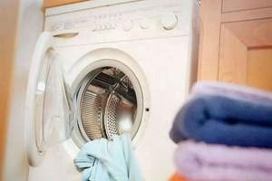 Το ευφυέαστατο κόλπο για να κάνετε το πλυντήριο σας να αστράφτει σε χρόνο ρεκόρ
