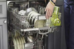 Ξεπλένετε τα πιάτα σας πριν τα βάλετε στο πλυντήριο; Μην το ξανακάνετε ποτέ!