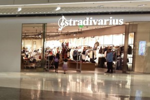 """Βρήκαμε στα Stradivarius τον """"ορισμό"""" του little black dress με μόλις 15,99€"""