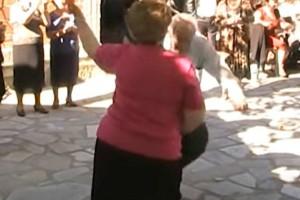 Γιαγιά και παππούς χορεύουν τσιφτετέλι και... αποθεώνονται