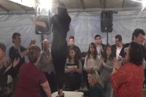 Ατρόμητη γυναικάρα σηκώθηκε στο τραπέζι και με το κολασμένο τσιφτετέλι της μάζεψε όλους τους καλεσμένους