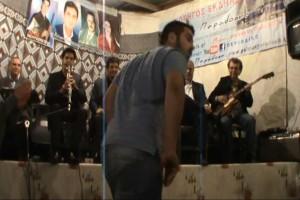 Άνδρας σηκώνεται και χορεύει το πιο επικό τσιφτετέλι που κυκλοφορεί στο διαδίκτυο