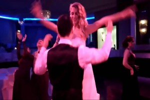 Η νύφη σηκώνεται και αφιερώνει το αισθησιακό της τσιφτετέλι στο γαμπρό - Αυτό που γίνεται στη συνέχεια...