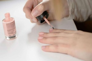 Έβαψε τα νύχια της με ένα απλό βερνίκι - 10 ώρες μετά...