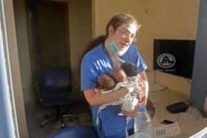 Η φωτογραφία της ημέρας: Μαία με βρέφη στην αγκαλιά μετά την έκρηξη στη Βηρυτό
