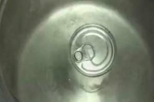 Πήρε ένα ζαχαρούχο γάλα και το έριξε μέσα σε βρασμένο νερό - Το αποτέλεσμα είναι εκπληκτικό