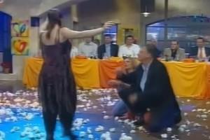 Γυναίκα χορεύει το πιο... αντρίκειο ζεϊμπέκικο και ξεσηκώνει όλο το πλατό