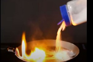 Ξέχασε το τηγάνι στο μάτι και πήρε φωτιά - Μόλις έριξε μαγειρική σόδα είδε...