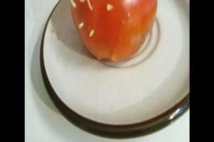 Αγόρασε αυτή τη ντομάτα από το σούπερ μάρκετ - 2 μέρες μετά είδε να βγαίνει από μέσα...