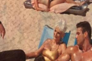 """82χρονη γιαγιά βγάζει μια φωτογραφία με έναν νεαρό άντρα - Μόλις την είδαν οι δικοί της """"κέρωσαν"""""""
