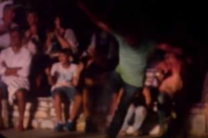 Ένας άντρας χορεύει μερακλίδικα ζεϊμπέκικο - Κάνει κωλοτούμπες και ξεσηκώνει τους πάντες