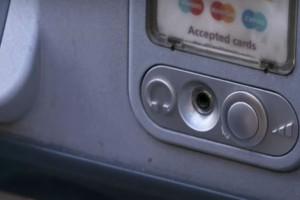 Το απίστευτο κόλπο για να βγάλετε χρήματα από το ΑΤΜ με τη βοήθεια ακουστικών