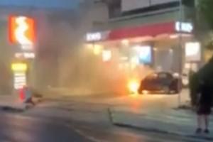 Βίντεο σοκ: Φλεγόμενο αυτοκίνητο μπήκε σε βενζινάδικο στη Γλυφάδα!