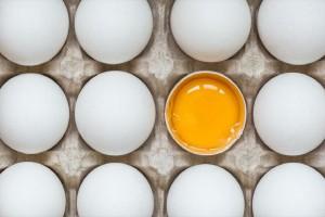 Της είπαν να πετάξει 6 από τα 21 αυγά που είχε μαζί της - Μόλις δείτε το λόγο θα μείνετε άφωνοι