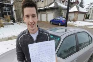 Όταν βρήκε ένα χαρτάκι στο αυτοκίνητο σκέφτηκε πως κάποιον ενόχλησε με το παρκάρισμα του -Το σημείωμα όμως ήταν κάτι εντελώς διαφορετικό...