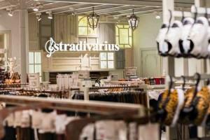 Το slip dress από τα Stradivarius είναι το κομμάτι που ερωτευτήκαμε από την πρώτη ματιά