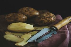 """Το """"μαγικό"""" κόλπο για να μην μαυρίσουν ποτέ ξανά οι πατάτες σας πριν το τηγάνισμα"""