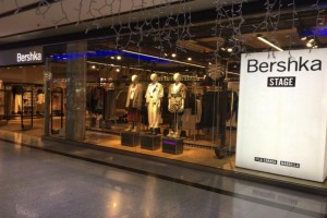 """""""Πανικός"""" στα Bershka για το σατινέ φόρεμα με το ιδιαίτερο print"""