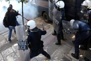 Χάος στο κέντρο της Αθήνας: Επεισόδια μπροστά από τον Άγνωστο Στρατιώτη