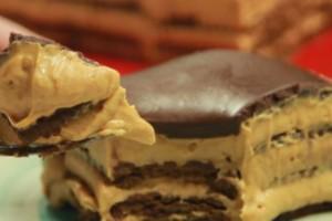 Υπέροχο γλυκό ψυγείου με μπισκότα, καραμέλα γάλακτος και τυρί κρέμα (Video)