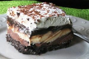Τριπλή απόλαυση: Ένα λαχταριστό γλύκο τριπλής απόλαυσης - Τριών ειδών σοκολάτες στρωμένες σε βάση από τραγανά μπισκότα υπόσχονται να ξετρελάνουν τον ουρανίσκο σας!