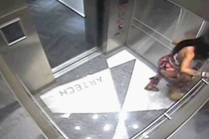 Μπήκε στο ασανσέρ χωρίς να έχει δει την κρυφή κάμερα - Μετά από αυτό που έκανε την κυνηγά η Αστυνομία