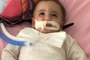 Κοριτσάκι ξύπνησε από κώμα λίγα λεπτά πριν αποσυνδέσουν το μηχάνημα που το κρατάει στη ζωή