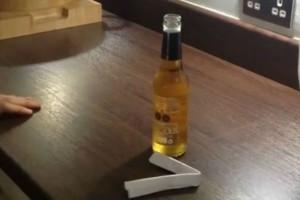 Ξεμείνατε από ανοιχτήρι; Το κόλπο για να ανοίξετε ένα μπουκάλι μπύρα με... ένα χαρτί (Video)