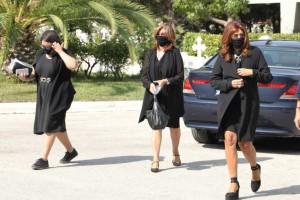 Συγκίνηση για τη Μιμή Ντενίση στην κηδεία της μητέρας της