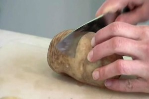 Άρχισε να κόβει μία πατάτα - Το αποτέλεσμα; Μοναδικό!