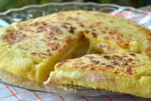 Λαχταριστική πατατοβόμβα στο τηγάνι με αλλαντικά και τυρί (Video)