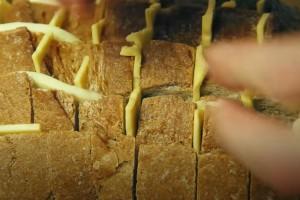 Χαράζει ψωμί και βάζει ανάμεσα τυρί - To αποτέλεσμα; Λαχταριστό