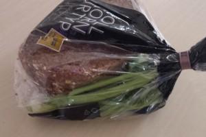 Έβαλε το ψωμί μαζί με λίγο σέλινο μέσα σε μια πλαστική σακούλά - Δε φαντάζεστε τι συνέβη όταν την άνοιξε
