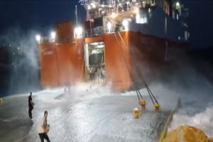 Μάχη με τα κύματα: Καρέ-καρέ η προσπάθεια του πλοίου «Διονύσιος Σολωμός» να δέσει στη Σίκινο (Video)