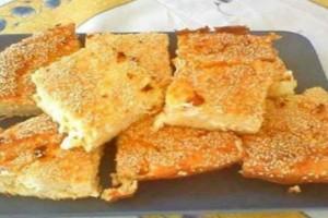 Λαχταριστή και εύκολη τυρόπιτα με λίγα υλικά