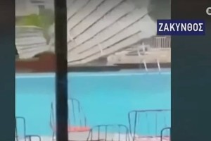 Σοκαριστικές εικόνες από την Ζάκυνθο: Ο κυκλώνας γκρέμισε σκεπή (video)