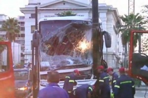 Σοβαρό τροχαίο στην Ακτή Μιαούλη: Λεωφορείο έπεσε σε κολόνα - Επιχείρηση απεγκλωβισμού του οδηγού (Video)